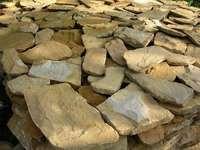 Дикий камень песчаник облицовочный толщиной 2см (цена за пласт)